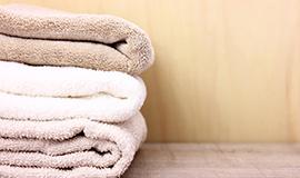 濡れタオルや汗拭きシートでわきの汗を拭く