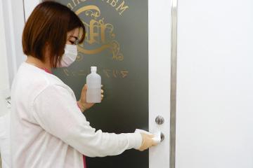 新宿マリアクリニックの入口ドアノブの消毒