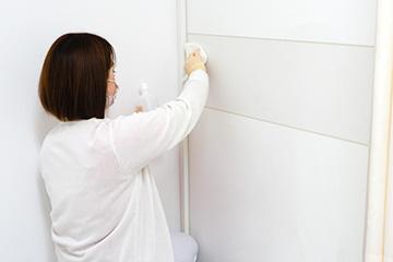 新宿マリアクリニックの施術室ドアの消毒